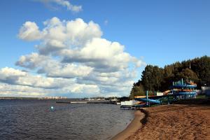 Пляж с аквапарком