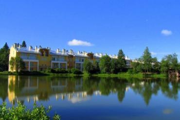Вид с озера на корпуса